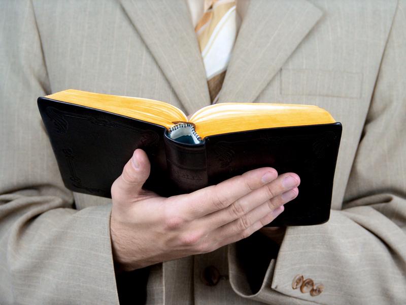Zeuge Jehovas mit Bibel in der Hand