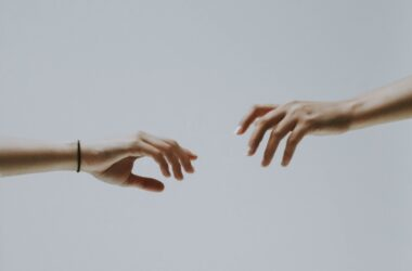 Zwei Hände, die versuchen sich zu erreichen