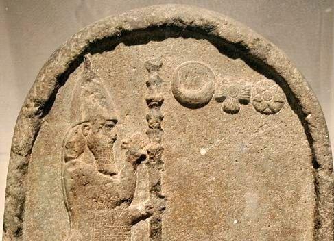 König Nabonid auf einer Steintafel